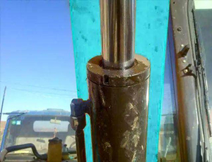 What should I do if the hydraulic cylinder of the excavator leaks oil? See here to know!